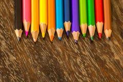 Сортируйте crayons справляясь поверхности, яркие цвета, красный цвет, желтый цвет, blac Стоковые Фото