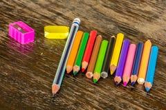 Сортируйте crayons справляясь поверхности, яркие цвета, красный цвет, желтый цвет, blac Стоковые Изображения RF