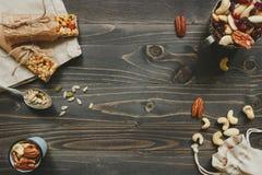 сосенка конца кедра анакардии предпосылки миндалины nuts вверх Здоровые бары с гайками, семенами и высушенными плодоовощами на де Стоковая Фотография