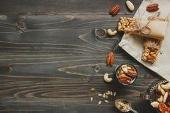 сосенка конца кедра анакардии предпосылки миндалины nuts вверх Здоровые бары с гайками, семенами и высушенными плодоовощами на де Стоковая Фотография RF