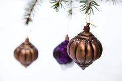 сосенка рождества baubles снежная стоковые фотографии rf
