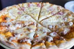 Сосиска ветчины carbonara пиццы домодельная свежая наполовину итальянская на таблице Стоковая Фотография RF