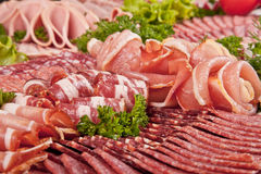 Сосиска вырезывания и вылеченное мясо с петрушкой Стоковое Изображение