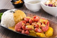 Сосиска жаркого с карри и рисом стоковое изображение rf
