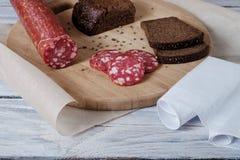 Сосиска и отрезанный хлеб стоковые изображения rf