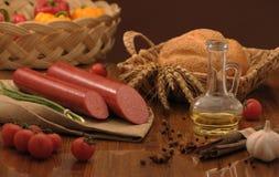 Сосиска и хлеб на таблице Стоковые Фотографии RF