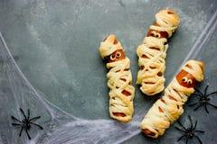Сосиска мумии обернутая в еде потехи теста для ребенк Стоковые Фото