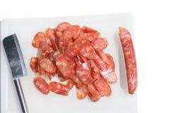 Сосиска свинины на пластичной разделочной доске имеет космос и clippin экземпляра Стоковые Изображения RF