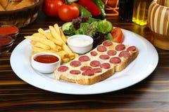 Сосиска с сыром на куске хлеба Стоковая Фотография