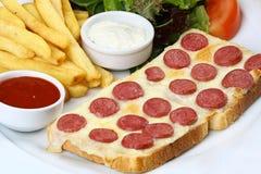 Сосиска с сыром на куске хлеба Стоковое Изображение