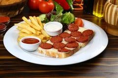 Сосиска с сыром на куске хлеба Стоковое Фото
