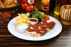 Сосиска с сыром на куске хлеба Стоковые Изображения