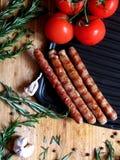 Сосиски зажаренные на доске Стоковое Фото
