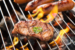 Сосиски и мясо BBQ на гриле Стоковая Фотография RF