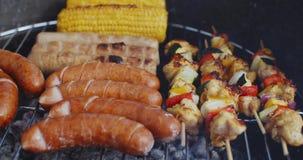 Сосиски и овощи варя на гриле акции видеоматериалы