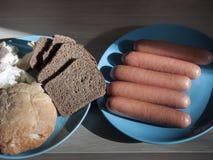 Сосиски и хлеб стоковое изображение