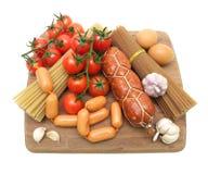 Сосиски, макаронные изделия, яичка и овощи изолированные на белом backgro Стоковые Изображения