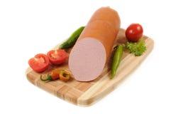 Сосиски с томатом и перцем на разделочной доске стоковая фотография rf