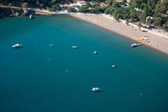 Сосна с предпосылкой Турцией laguna голубого моря paraglaiding Стоковые Изображения RF