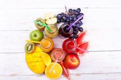 Сосна Яблоко Pomegra манго свежих виноградин кивиа Яблока арбуза тропических плодоовощей бутылок Smoothie 3 соков красных зеленых Стоковые Фотографии RF