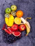 Сосна Яблоко Pomegra манго свежих виноградин кивиа Яблока арбуза тропических плодоовощей бутылок Smoothie 3 соков красных зеленых Стоковое фото RF