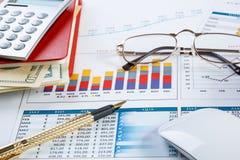 составляет схему финансовохозяйственной таблице диаграмм Стоковые Изображения