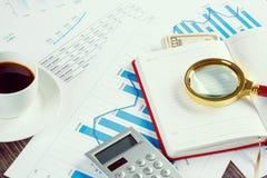 составляет схему финансовохозяйственной таблице диаграмм Стоковое Фото