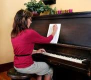 составляя женщина рояля нот стоковые фотографии rf