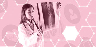 Составное изображение азиатского доктора проверяя развертку mri Стоковые Изображения