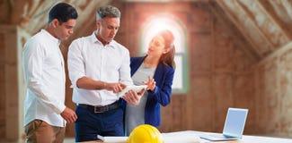 Составное изображение архитектора обсуждая над планшетом Стоковые Изображения RF