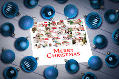 Составное изображение безделушек рождества на таблице стоковые изображения