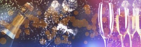 Составное изображение белых фейерверков взрывая на черной предпосылке Стоковое Изображение RF