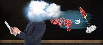 Составное изображение бизнесмена в костюме используя цифровой планшет стоковое изображение rf