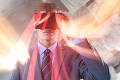 Составное изображение бизнесмена в костюме используя шлемофон виртуальной реальности Стоковое Изображение