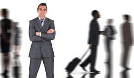 Составное изображение бизнесмена в сером костюме усмехаясь на камере Стоковые Изображения RF
