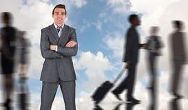 Составное изображение бизнесмена в сером костюме усмехаясь на камере Стоковые Фото