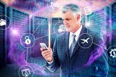 Составное изображение бизнесмена используя его smartphone стоковое фото