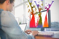Составное изображение бизнесмена используя компьютер на столе в творческом офисе Стоковая Фотография RF