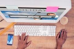 Составное изображение бизнесмена используя компьютер пока работающ на столе Стоковая Фотография