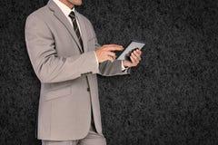 Составное изображение бизнесмена используя ПК таблетки Стоковые Фото