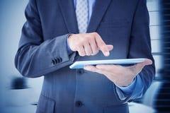 Составное изображение бизнесмена используя ПК таблетки Стоковая Фотография RF