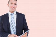 Составное изображение бизнесмена используя ПК таблетки Стоковая Фотография