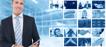 Составное изображение бизнесмена используя ПК таблетки Стоковые Изображения