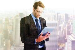 Составное изображение бизнесмена используя планшет Стоковые Фото