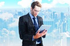 Составное изображение бизнесмена используя планшет Стоковые Фотографии RF