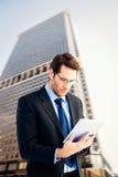 Составное изображение бизнесмена используя планшет Стоковые Изображения RF