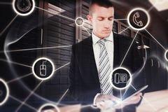 Составное изображение бизнесмена используя таблетку Стоковая Фотография