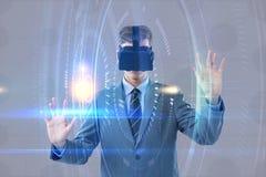 Составное изображение бизнесмена используя шлемофон виртуальной реальности стоковое изображение