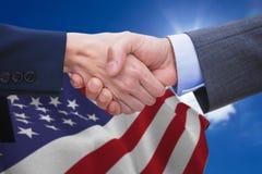 Составное изображение бизнесмена и женщины делая рукопожатие Стоковые Фото