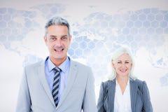 Составное изображение бизнесмена и коммерсантки усмехаясь на камере Стоковые Изображения